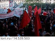 Demonstration of communist workers along the streets of Lisbon. Demonstration of communist workers, representing the MRPP (Movimento Reorganizativo do... Редакционное фото, фотограф ARNOLDO MONDADORI EDITORE S.P. / age Fotostock / Фотобанк Лори