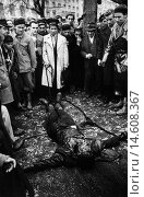Купить «Hungarian Army officer killed by rebels. Hungarian insurgents surrounding a political police colonel lifeless body. Budapest, November 1956», фото № 14608367, снято 23 марта 2019 г. (c) age Fotostock / Фотобанк Лори