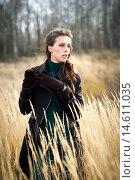 Девушка в пальто позирует в высокой сухой траве. Стоковое фото, фотограф Pavel Reband / Фотобанк Лори
