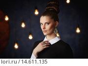Ретро портрет девушки на темном фоне с лампочками. Стоковое фото, фотограф Pavel Reband / Фотобанк Лори