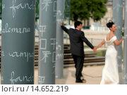 Купить «Newlyweds at the Paris Peace Wall, Paris, France.», фото № 14652219, снято 24 января 2019 г. (c) age Fotostock / Фотобанк Лори