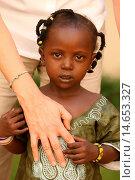 Купить «African child holding a white hand, Bamako, Mali.», фото № 14653327, снято 24 января 2019 г. (c) age Fotostock / Фотобанк Лори