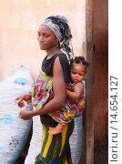 Купить «African woman carrying her baby on her back, Lome, Togo.», фото № 14654127, снято 24 января 2019 г. (c) age Fotostock / Фотобанк Лори