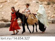Купить «Family and donkey, Toujane, Tunisia.», фото № 14654327, снято 24 января 2019 г. (c) age Fotostock / Фотобанк Лори