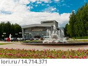 Купить «Россия, Сыктывкар, Театральная площадь, фонтан», эксклюзивное фото № 14714371, снято 13 июня 2015 г. (c) Александр Циликин / Фотобанк Лори