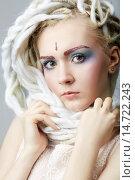 Портрет красивой девушки-подростка с ярким макияжем и белыми дредами. Стоковое фото, фотограф Pavel Reband / Фотобанк Лори
