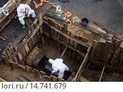 Купить «Вид сверху на проведение аварийно-ремонтных работ бригадой на городской системе водоснабжения», фото № 14741679, снято 21 ноября 2015 г. (c) Николай Винокуров / Фотобанк Лори