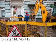Купить «Проведение аварийно-ремонтных работ бригадой на городской системе водоснабжения в центре города около офиса Сбербанка», фото № 14745415, снято 21 ноября 2015 г. (c) Николай Винокуров / Фотобанк Лори
