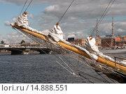 Купить «Бушприт парусного судна. Нева. Санкт-Петербург», эксклюзивное фото № 14888551, снято 9 июля 2009 г. (c) Александр Алексеев / Фотобанк Лори