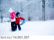 Купить «Маленький мальчик и девочка делают снеговика», фото № 14901307, снято 10 января 2015 г. (c) Ирина Мойсеева / Фотобанк Лори