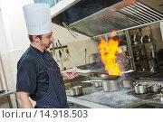 Купить «chef cook doing flambe», фото № 14918503, снято 10 ноября 2015 г. (c) Дмитрий Калиновский / Фотобанк Лори