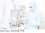 Купить «Pharmaceutical researcher with friability and abrasion tester in laboratory», фото № 14918719, снято 28 сентября 2015 г. (c) Дмитрий Калиновский / Фотобанк Лори
