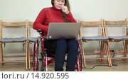 Купить «Молодая женщина инвалид работает на ноутбуке, закрывает лицо от грустных переживаний», видеоролик № 14920595, снято 5 декабря 2015 г. (c) Кекяляйнен Андрей / Фотобанк Лори