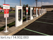 Купить «Tesla Supercharging Station for Tesla electric vehicles located along I-5 in Centralia, Washington State, USA [No property release: licensing for editorial use only]», фото № 14932003, снято 1 июля 2004 г. (c) age Fotostock / Фотобанк Лори
