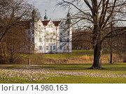 Купить «Ahrensburger Schloss im Frühjahr, Schleswig Holstein, Deutschland / Ahrensburger castle in springtime, Schleswig Holstein, Germany», фото № 14980163, снято 19 ноября 2017 г. (c) age Fotostock / Фотобанк Лори
