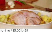 Купить «Курицу и картофель посыпают специями», видеоролик № 15001459, снято 18 ноября 2015 г. (c) Илья Насакин / Фотобанк Лори