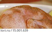 Купить «Обсыпка курицы специями», видеоролик № 15001639, снято 18 ноября 2015 г. (c) Илья Насакин / Фотобанк Лори
