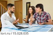 Купить «Salesman and young couple at home», фото № 15028035, снято 16 августа 2018 г. (c) Яков Филимонов / Фотобанк Лори