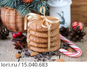 Купить «Рождественское печенье со специями и миндалем на деревянном столе на фоне еловых веток», фото № 15040683, снято 5 декабря 2015 г. (c) Виктория Панченко / Фотобанк Лори