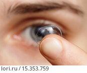Девушка с грязной контактной линзой на пальце. Стоковое фото, фотограф Виктор Колдунов / Фотобанк Лори