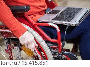 Ноутбук на коленях человека в инвалидном кресле, крупный план. Стоковое фото, фотограф Кекяляйнен Андрей / Фотобанк Лори