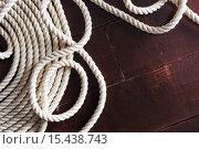 Белая веревка на деревянной палубе. Стоковое фото, фотограф Виктор Колдунов / Фотобанк Лори