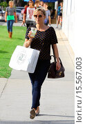 Купить «Reese Witherspoon appears in good spirits on a shopping trip to Williams-Sonoma Grand Cuisine Featuring: Reese Witherspoon Where: Los Angeles, California...», фото № 15567003, снято 17 октября 2014 г. (c) age Fotostock / Фотобанк Лори