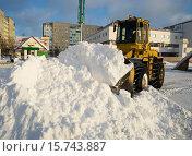 Купить «Трактор сгребает снег в кучу на улице города Лангепаса», фото № 15743887, снято 24 ноября 2015 г. (c) Алексей Маринченко / Фотобанк Лори