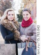 Две подруги с покупками. Стоковое фото, фотограф Оксана Лозинская / Фотобанк Лори