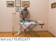 Купить «A man with a broken leg. Housework.», фото № 15812671, снято 21 февраля 2018 г. (c) age Fotostock / Фотобанк Лори