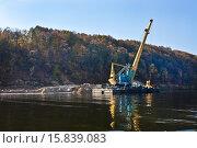 Купить «Плавучий подъемный кран на реке», фото № 15839083, снято 27 сентября 2015 г. (c) Victoria Demidova / Фотобанк Лори