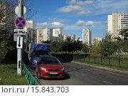 Купить «Припаркованные автомобили», эксклюзивное фото № 15843703, снято 20 сентября 2015 г. (c) Игорь Веснинов / Фотобанк Лори