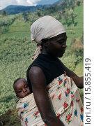 Купить «Traditional Ghanaian way of holding baby in printed cotton sling on back.», фото № 15855419, снято 7 сентября 2005 г. (c) age Fotostock / Фотобанк Лори