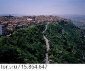 Купить «A road leading to the city , view West over the rooftops from Castello di Lombardia. The highest provincial capitol in Italy», фото № 15864647, снято 24 марта 2019 г. (c) age Fotostock / Фотобанк Лори