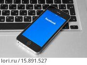 Купить «IPhone 5s с мобильным приложением для Facebook», фото № 15891527, снято 19 ноября 2015 г. (c) Вдовиченко Денис / Фотобанк Лори