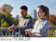 Купить «couple running over city highway bridge», фото № 15996239, снято 17 октября 2015 г. (c) Syda Productions / Фотобанк Лори