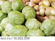Купить «close up of cabbage and onion at street market», фото № 16002099, снято 27 июля 2015 г. (c) Syda Productions / Фотобанк Лори