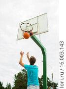 Купить «young man playing basketball outdoors», фото № 16003143, снято 10 августа 2014 г. (c) Syda Productions / Фотобанк Лори
