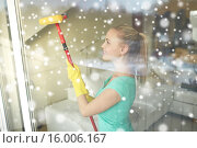 Купить «happy woman in gloves cleaning window with sponge», фото № 16006167, снято 25 января 2015 г. (c) Syda Productions / Фотобанк Лори