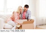 Купить «happy couple with cardboard box or parcel at home», фото № 16006583, снято 6 июня 2015 г. (c) Syda Productions / Фотобанк Лори