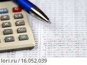 Купить «Бизнес-натюрморт. Калькулятор, ручка и таблица с цифрами», эксклюзивное фото № 16052039, снято 14 декабря 2015 г. (c) Юрий Морозов / Фотобанк Лори