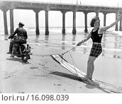Купить «Manhattan Beach, California: c. 1930.Here´s what they do when there isn´t a boat available for aquaplaning. The Manhattan Beach Chief of Police gives a...», фото № 16098039, снято 15 октября 2018 г. (c) age Fotostock / Фотобанк Лори