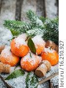 Купить «Свежие мандарины с листьями на заснеженном столе - праздничная новогодняя композиция», фото № 16210927, снято 13 декабря 2015 г. (c) Ekaterina Smirnova / Фотобанк Лори