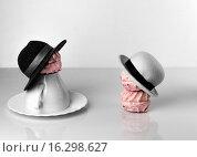 Фигурки из зефира в шляпах. Стоковое фото, фотограф Sergey Fatin / Фотобанк Лори