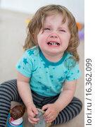 Купить «Little girl sits weeping on the floor», фото № 16362099, снято 28 мая 2015 г. (c) age Fotostock / Фотобанк Лори