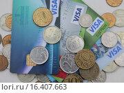 Банковские карты и монеты (2015 год). Редакционное фото, фотограф Irina Ugorova / Фотобанк Лори