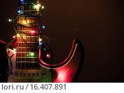 Электрическая гитара, обмотанная новогодней гирляндой. Стоковое фото, фотограф Илья Куранов / Фотобанк Лори