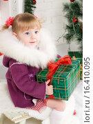 Купить «Baby girl beside Christmas tree», фото № 16410095, снято 11 декабря 2015 г. (c) Владимир Мельников / Фотобанк Лори