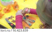 Купить «Ребенок выдавливает глазурь на печенье», видеоролик № 16423839, снято 14 декабря 2015 г. (c) Алексндр Сидоренко / Фотобанк Лори
