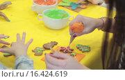 Купить «Украшение имбирного печенья глазурью», видеоролик № 16424619, снято 14 декабря 2015 г. (c) Алексндр Сидоренко / Фотобанк Лори